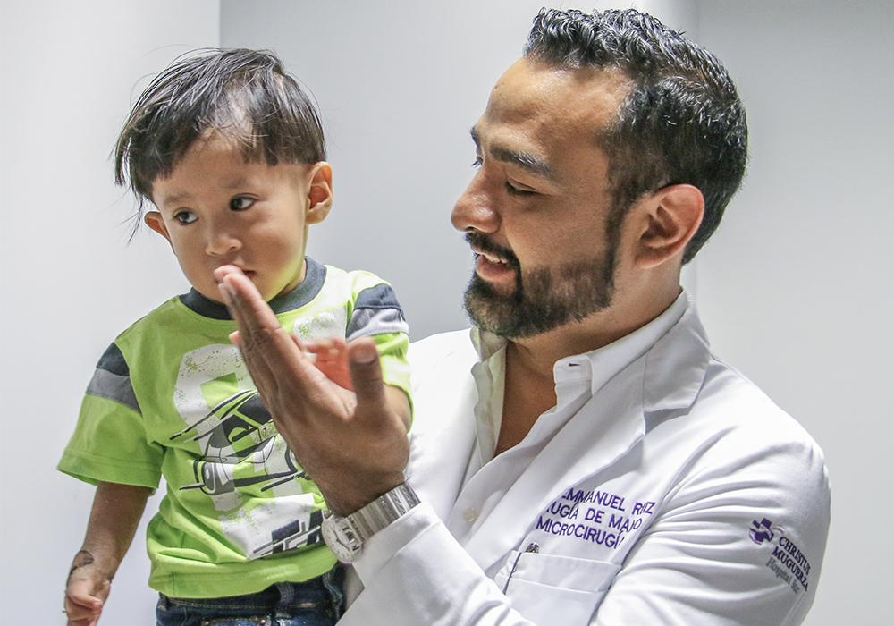 una-mano-para-tus-manos-campaña-social-cirugias-gratuitas-dr-emmanuel-ruiz-monterrey-cirujano-de-mano-6